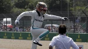 Lewis Hamilton muestra su alegría al salir de su Mercedes tras lograr una nueva pole en Inglaterra.