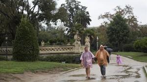 Imagen de archivo de paseantes en la Ciutadella en una jornada de lluvia.