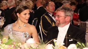 La princesa Victoria, en la cena, sentada junto al premio Nobel de Física John Michael Kosterlitz.