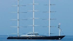 El veler més gran i car del món fondeja a l'Escala pel casament del germà d'Elon Musk