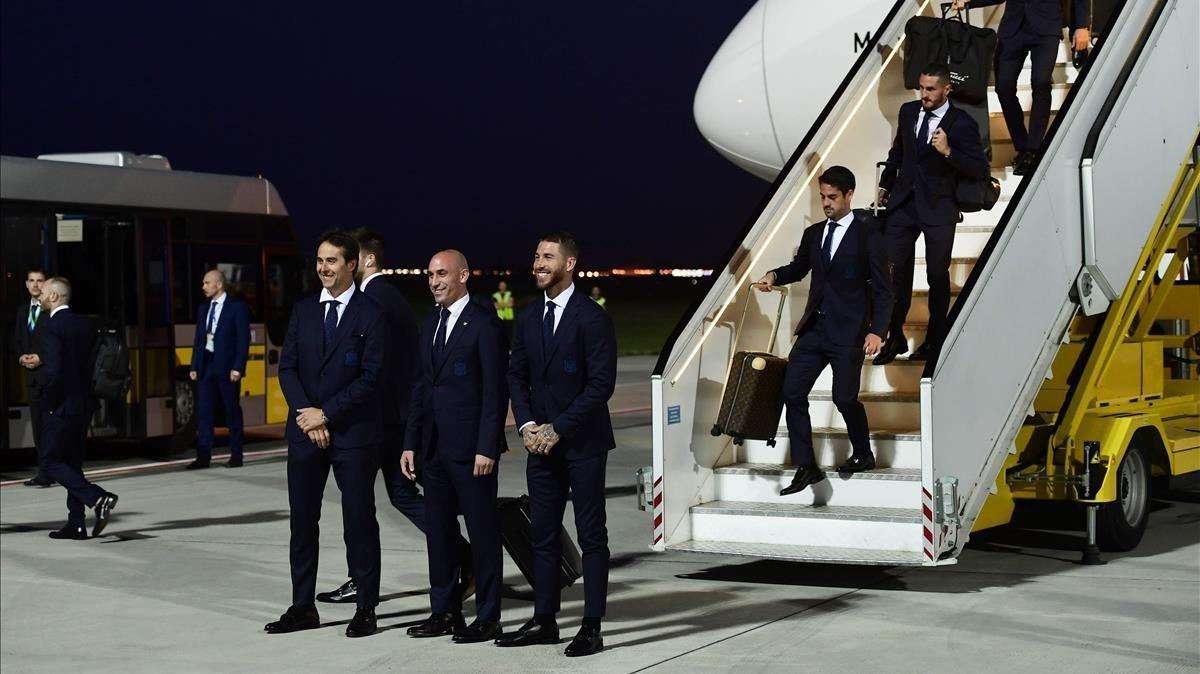 Lopetegui, Rubiales y Sergio Ramos, en el aeropuerto de Krasnodar.