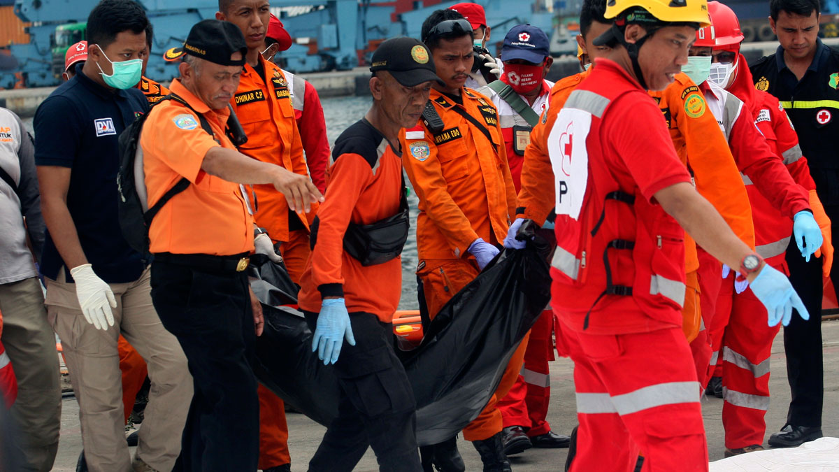 Los equipos de rescate del avión siniestrado en Java comienzan a recuperar los primeros cuerpos