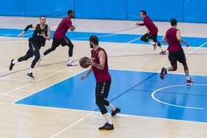 Los jugadores del Barça, en un entrenamiento en la Ciutat Esportiva preparando la vuelta de la Liga