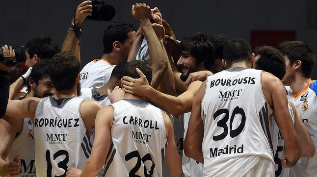 Los jugadores del Madrid celebran su clasificación.