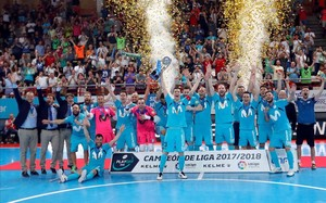 Los jugadores del Movistar Inter celebran la conquista de la Liga, el quinto título consecutivo.