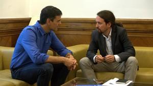 Los líderes del PSOE, Pedro Sánchez, y de Podemos, Pablo Iglesias, durante una reunión en el Congreso, en junio del 2017.