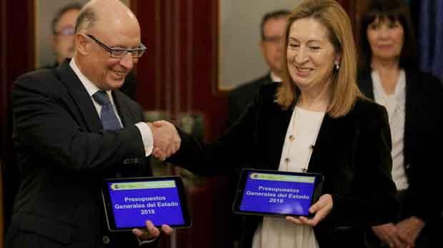 Montoro entrega a Ana Pastor el proyecto del Gobierno para 2018.