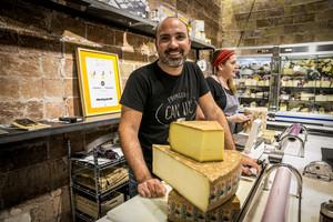 El experto en quesosLuc Talbordet, en su establecimiento: Fromagerie Can Luc.