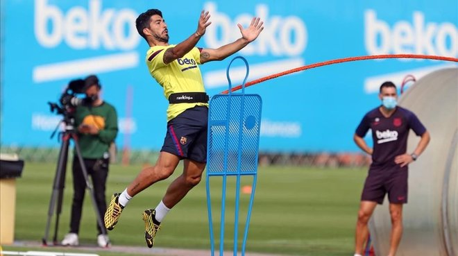 Luis Suárez practica un remate de cabeza en uno de los últimos entrenamientos.