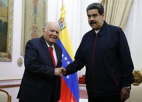 Nicolás Maduro con Enrique Iglesias,el asesor de la Unión Europea (UE).
