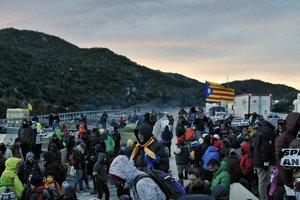 Amanece en La Jonquera donde decenas de independentistas han pasado la noche.