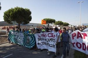 Manifestación en contra de los CIE, ante el centro de internamiento de la Zona Franca, el pasado 20 de junio.