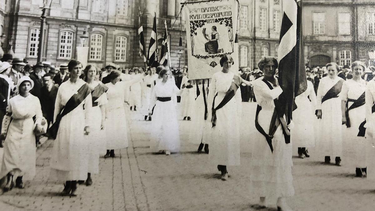 Manifestación de mujeres en 1915 en Dinamarca de apoyo al voto femenino, recién aprobado por el Rey Cristián X.