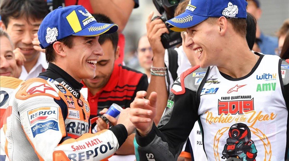 Marc Márquez (Honda) y Fabio Quartararo (Yamaha) se felicitan mutuamente tras su pelea en Motegi (Japón).
