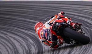 Marc Márquez (Honda), plegado sobre una de las diez curvas de izquierdas del circuito alemán de Sachsenring, donde lleva ocho años ganando.