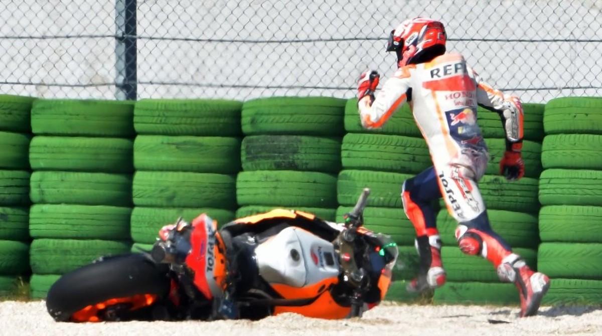Marc Márquez sale corriendo a pie, disparado, a buscar su segunda moto tras caerse en Misano.