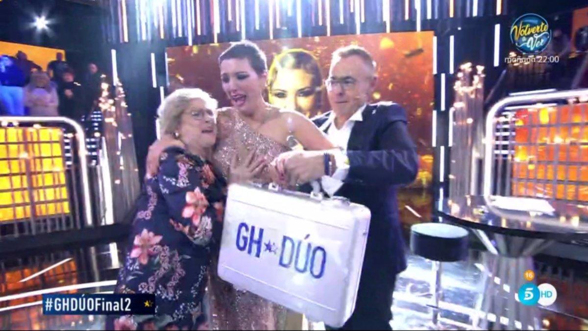 María Jesús Ruiz recibiendo el maletín de 'GH DÚO'.