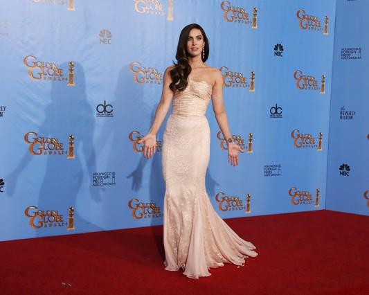 Megan Fox, amb un ajustat vestit 'nude' amb escot paraula d'honor.