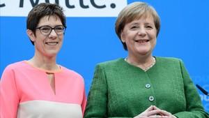 Merkel (derecha) y Kramp-Karrenbauer, en su rueda de prensa conjunta en Berlin, tras la reunión de la ejecutiva de la CDU, el 19 de febrero.