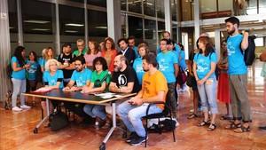 Miembros de las entidades sociales por el derecho a la vivienda y de los grupos municipales Barcelona en Comú, ERC y PSC, hoy en el vestíbulo del Ayuntamiento de Barcelona.