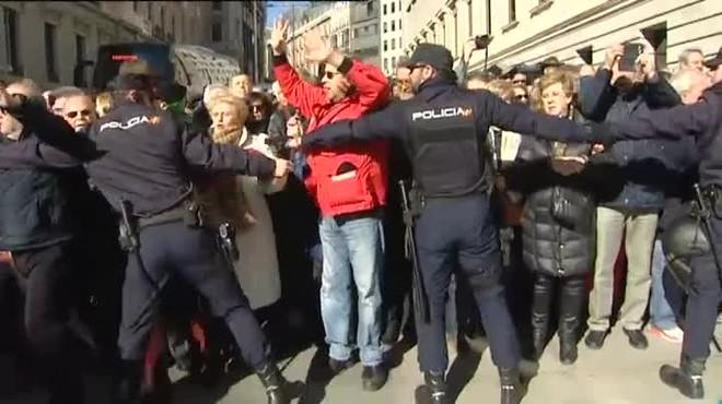 Entre 3.000 y 4.000 pensionistas se han concentrado en las puertas del Congreso, bloqueando la entrada principal, a escasos tres metros de la puerta.