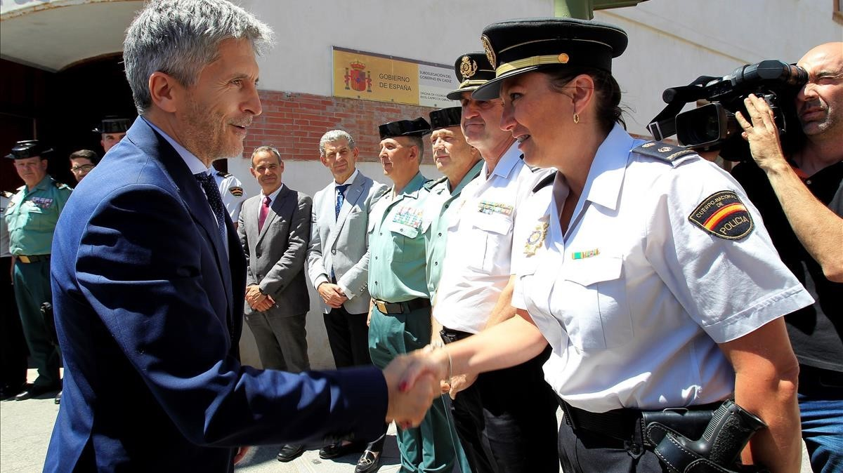 El ministro del Interior, Fernando Grande-Marlaska, junto a agentes de la Policía y la Guardia Civil.