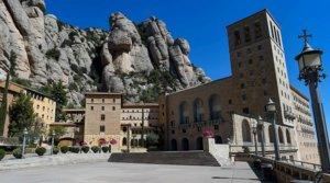 El monasterio de Montserrat el 5 de abril, Domingo de Ramos, completamente vacío por el estado de alarma.