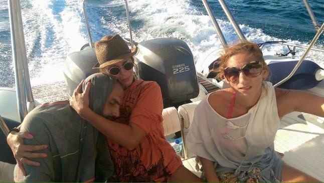 La mujer griega publica en Facebook la imagen en la que se la ve abrazando al náufrago sirio que rescató.