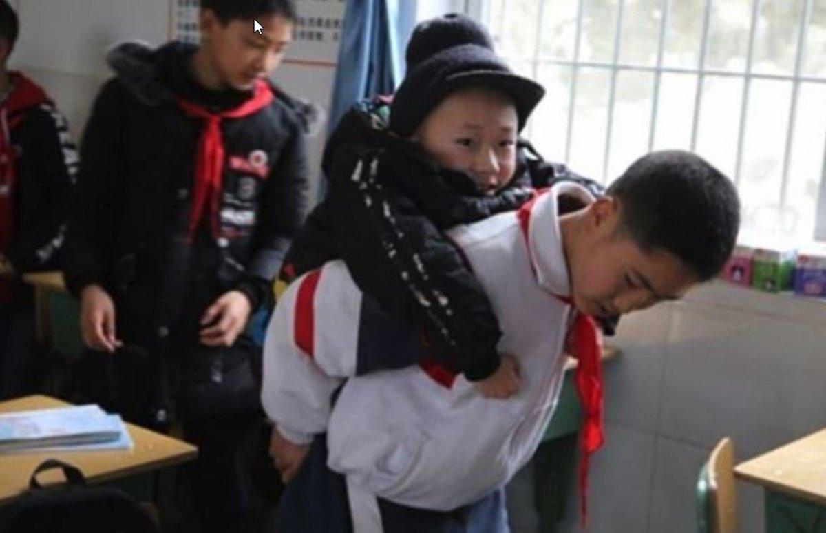 La foto viral de un niño que carga todos los días con su amigo, con hipotonía muscular