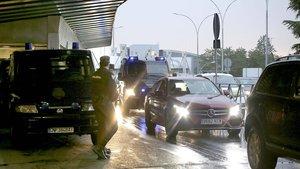 Normalidad en la terminal 1 del aeropuerto de Barajas, tras la llamada de Tsunami Democràtic a colapsar los accesos del aeródromo madrileño en respuesta a la sentencia del 'procés', este lunes.