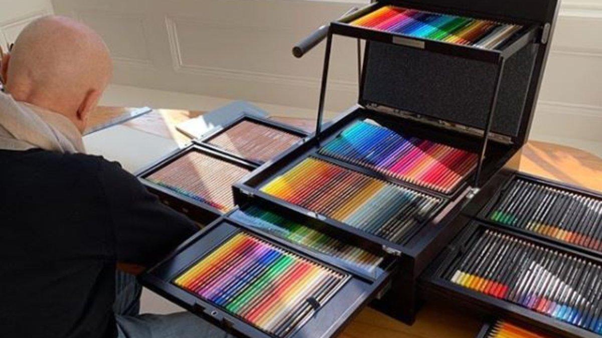 Norman Foster con su enorme caja de lápices de colores.