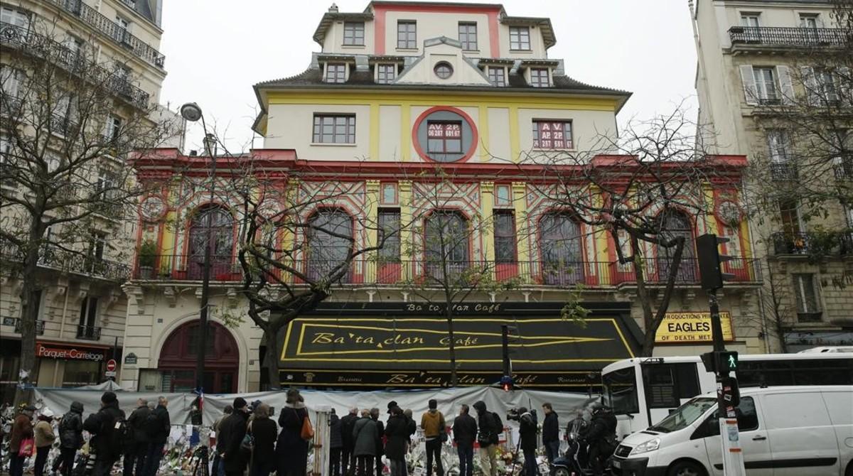 Numerosas personas se concentran ante la sala de fiestas Bataclan, durante un homenaje a las víctimas de los atentados del 13-N en París, el pasado 27 de noviembre.