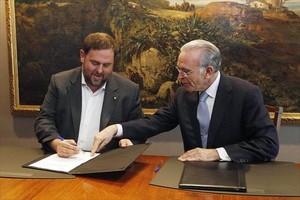 Oriol Junqueras e Isidre Fainé, durante la firma del convenio.