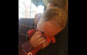 Les llàgrimes d'emoció del pare d'una futbolista al rebre la samarreta amb el nom de la seva filla