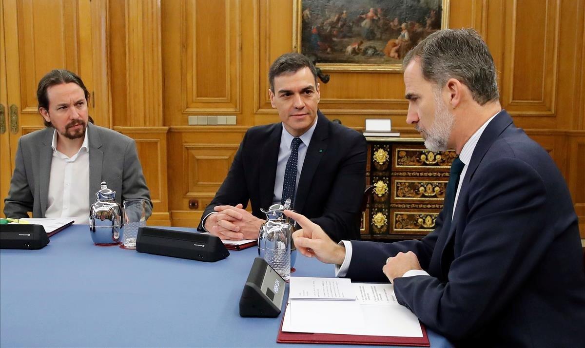 Pablo Iglesias, Pedro Sánchez y el rey Felipe departen durante un Consejo de Ministros celebrado el pasado febrero.