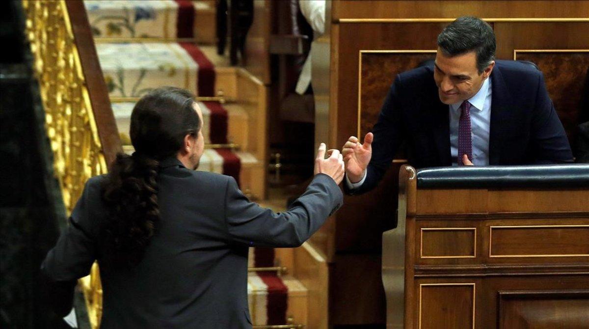 Pablo Iglesias saludaa Pedro Sánchez durante el debate de investidura del día 7.