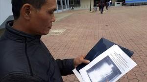 El paciente Ma Van Nhat muestra la radiografía donde se aprecia las tijeras en el interior de su cuerpo.