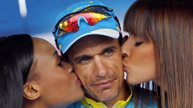 Paolo Tiralongo rep el petó de les hostesses en podi després deguanyar la novena etapa del Giro.