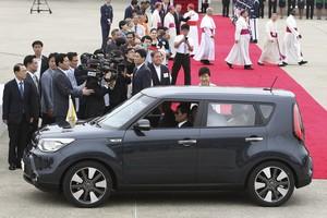 El papa Francesc, en un Kia Soul.