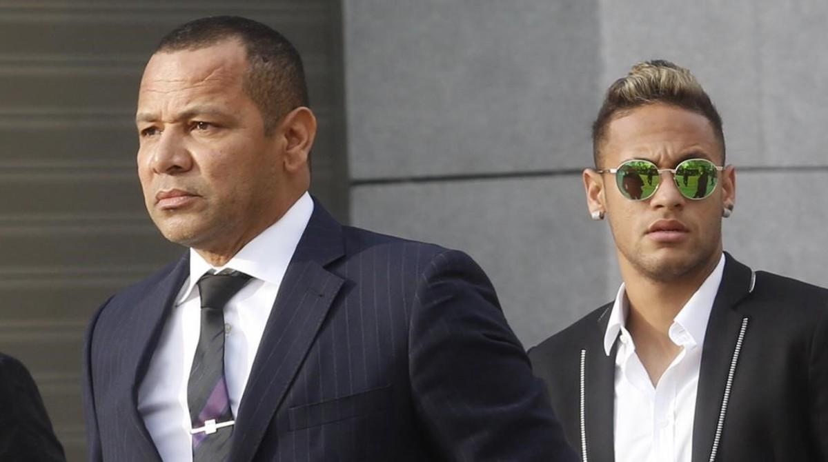 Papá Neymar y su hijo, ante la Audiencia Nacional, el pasado año.