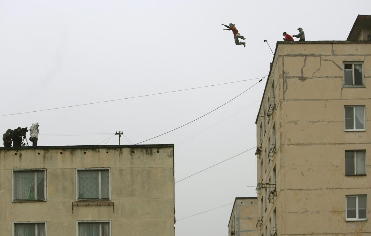 Un aficionado ruso al parkour salta desde un edificio de 18 metros de alto a otro de 14 metros en San Petersburgo (Rusia).