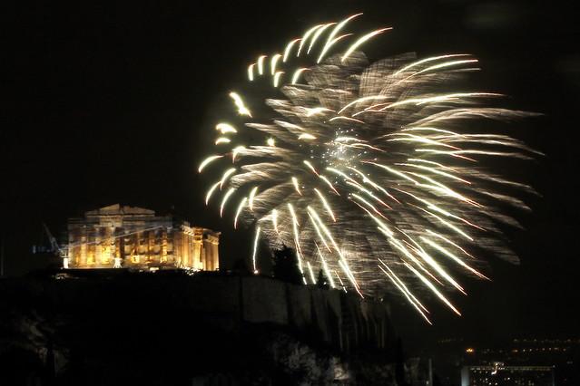 El Partenón, iluminado por los fuegos artificiales durante la celebración del Año Nuevo en Atenas.