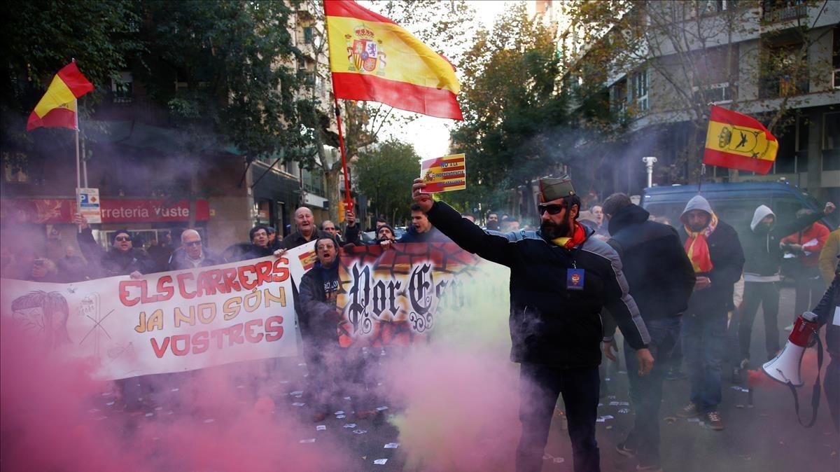 Participantes de la manifestación ultranacionalista en las inmediaciones de la sede de la CUP.
