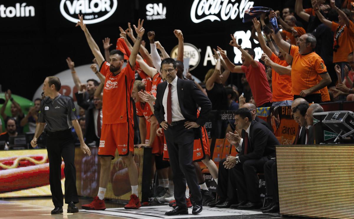 Pedro Martínez junto a los jugadores del Valencia.