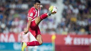 Pedro Porro recupera un balón en el aire en Montilivi durante el Girona-Madrid de Liga.