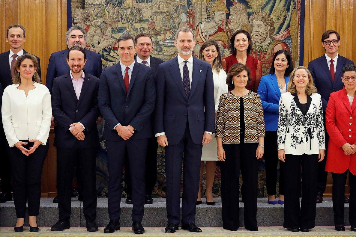 Pedro Sánchez junto a Felipe VI y los ministros que conforman el primer Gobierno de coalición.