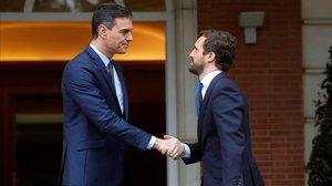 Pedro Sánchez recibe a Pablo Casado en La Moncloa.