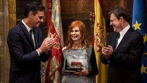 Pedro Sánchez y Ximo Puig aplauden a Carmen Alborch, reconocida con la alta distinción de la Generalitat valenciana.