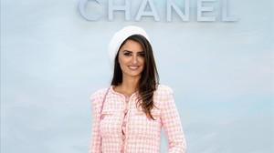 Penélope Cruz posa en el photo call del desfile de alta costura de Chanel, en el Gran Palais de París.