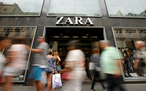 People walk past a Zara store, an Inditex brand, in central Barcelona, Spain, September 20, 2016. REUTERS/Albert Gea